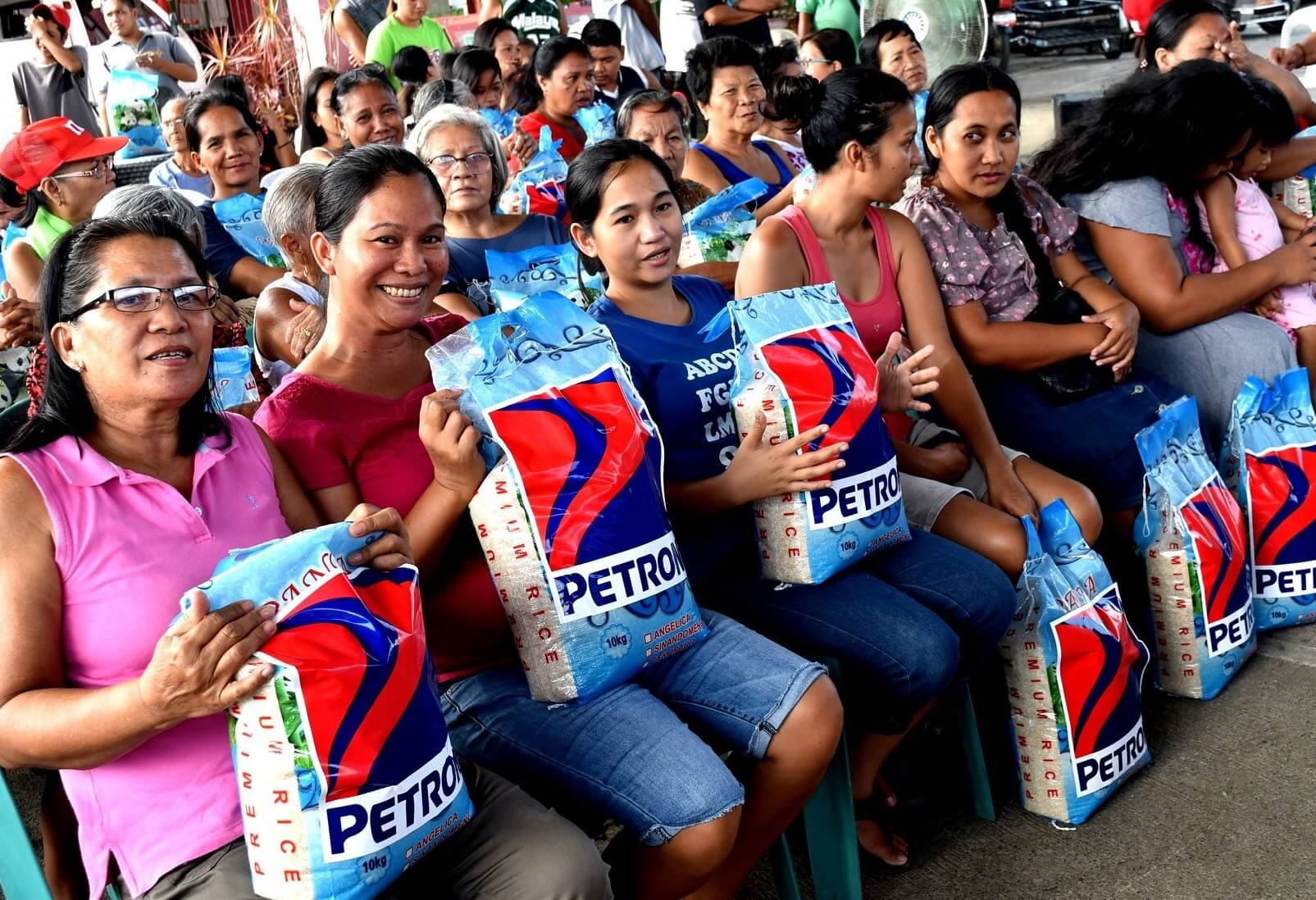 Petron, Station Dealers Distribute Rice to 3,000 Families in Northern Luzon